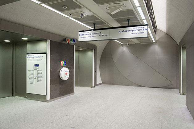 Full Circle by Knut Henrik Henriksen, 2009. Northern line concourse. : Photograph by Daisy Hutchison
